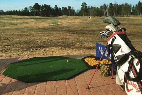Driving range Umeå golfklubb med 30 utslagsplatser.